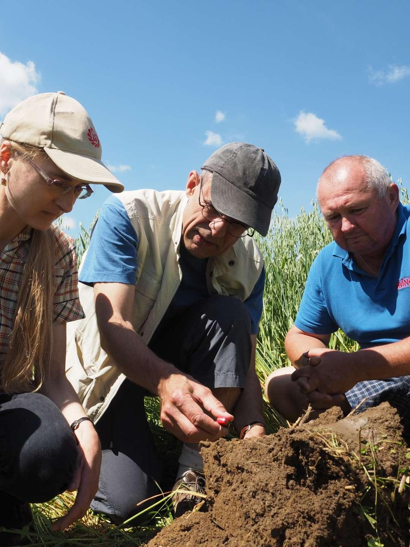 Lektor semináře názorně předvádí, jak zjišťovat stav půdy