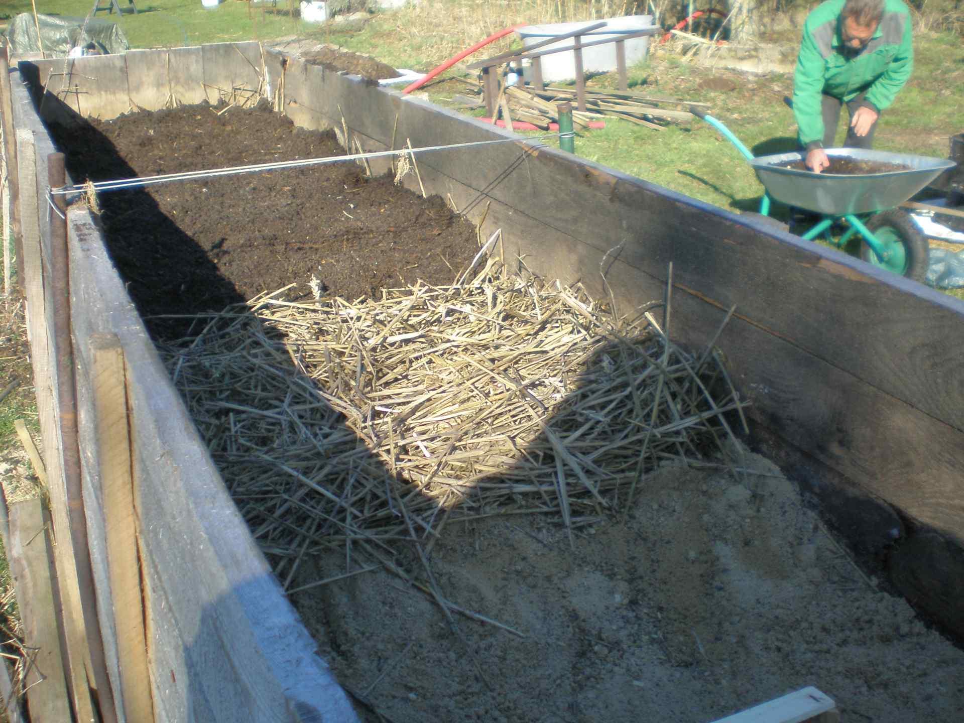 Vrstvy půdy - písek, sláma a úrodná hlína