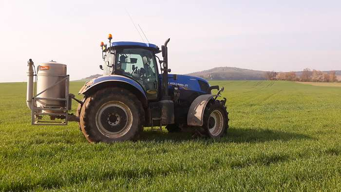 Traktorista na biodynamické farmě ve Vstiši